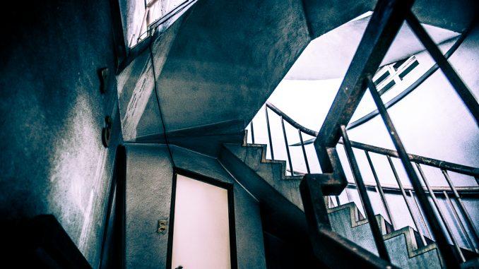江津駅前ビル階段1